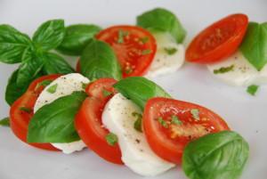 Tomate-Mozzarella mit selbst gepflanztem Basilikum